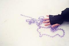 Purpurowy szklanych koralików kłamstwo na śniegu Fotografia Royalty Free