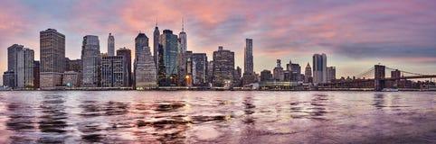 Purpurowy zmierzch nad Manhattan linią horyzontu, Nowy Jork, usa zdjęcie royalty free