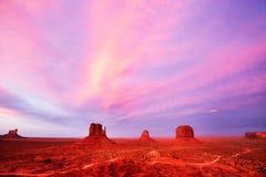 Purpurowy zmierzch nad Pomnikową doliną, usa zdjęcie stock