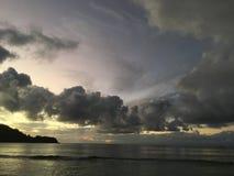 Purpurowy zmierzch w Hanalei zatoce na Kauai wyspie w Hawaje Fotografia Stock