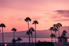 Purpurowy zmierzch w Snata Monica z sylwetkami palmy obrazy royalty free