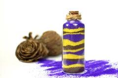 Purpurrot und mit gelbem Sand in der Flasche Lizenzfreies Stockfoto