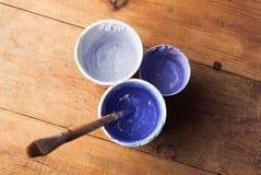 Purpurrote Acrylfarbe in den verschiedenen Farben, Stockfotografie