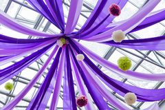 Purpurrote Bänder und Ballone stockbilder