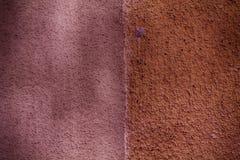 Purpurrote Beschaffenheit des Gipses auf der Wand, gebrochener Hintergrund, Steinoberfläche Stockfotografie