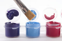Purpurrote blaues Rot-Acrylfarben und Malerpinsel Stockbilder