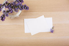 Purpurrote Blumen und leere Karten Stockfotografie