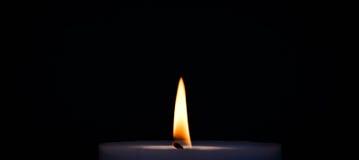 Purpurrote brennende Kerze lizenzfreie stockfotografie