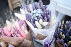 Purpurrote der trockenen Kräuter bunte und rosa Blumensträuße am Blumenladen Stockfotos
