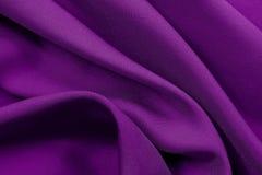 Purpurrote Gewebebeschaffenheit für Hintergrund und Design, schönes Muster der Seide oder Leinen Stockbilder