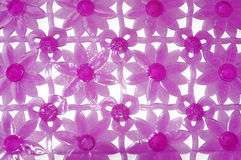 Purpurrote Gummimatte für Bad mit Blumenmuster als Hintergrund Stockfotografie