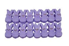 Purpurrote Häschenostern-Süßigkeit Stockfotos