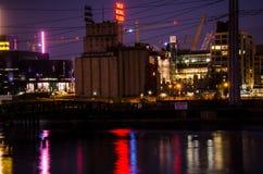 Purpurrote Himmelnachtansicht von im Stadtzentrum gelegenem Minneapolis über dem Fluss Mississipi stockbild