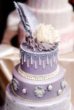 Purpurrote Hochzeitstorte verziert mit Blumen Lizenzfreie Stockfotografie