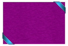 Purpurrote Karte mit blauem Band Stockfotografie