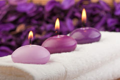 Purpurrote Kerzen auf Massagetuch (1) Stockbild