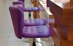 Purpurrote Lehnsessel für das Gestell stockbild