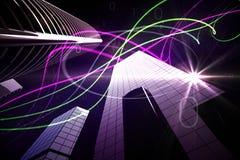 Purpurrote Lichtstrahlen über Wolkenkratzern Stockfoto