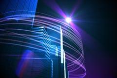 Purpurrote Lichtstrahlen über Wolkenkratzern Stockfotos