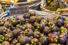 Purpurrote Mangostanfrüchte für Verkauf Lizenzfreie Stockfotografie
