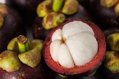 Purpurrote Mangostanfrucht Stockbild