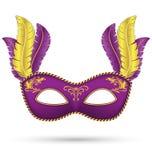 Purpurrote Maske mit Federn Stockfoto