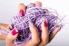 Purpurrote Nagelkunst Stockbild