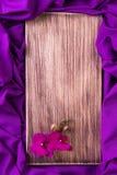 Purpurrote Orchidee auf hölzernem Hintergrund Kopieren Sie Platz glückliches neues Jahr 2007 Frühling Frauentag Rosa vektorabbild Stockfotografie