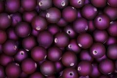 Purpurrote Perlen für Hintergrund oder Beschaffenheit extrem in der hohen Auflösung stockfotos