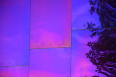 Purpurrote Platte mit Nieten Stockfotos