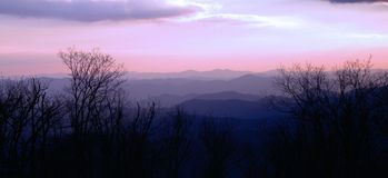 Purpurrote rauchige Berge Majestey lizenzfreies stockbild