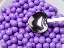 Purpurrote Süßigkeit deckte Schokoladen ab Stockbilder