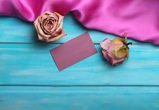 Purpurrote Seide auf hölzernem Hintergrund Lizenzfreie Stockbilder