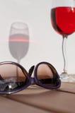 Purpurrote Sonnenbrille u. rosafarbener Wein Lizenzfreies Stockfoto