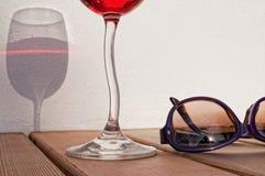 Purpurrote Sonnenbrille u. rosafarbener Wein Lizenzfreies Stockbild