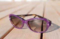 Purpurrote Sonnenbrillen Lizenzfreie Stockfotos