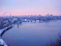 Purpurrote Sonnenuntergangzeit über der meisten Stadt Panorama von Kiew mit Fluss Dnieper Stockfotografie