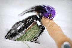 Purpurrote Spiessfliege mit Angelrute und Spule der Fliege lizenzfreie stockfotografie