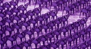 Purpurrote Stühle für Publikum. Lizenzfreie Stockbilder
