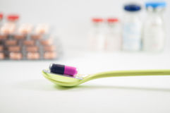 Purpurrote und blaue Kapsel in der Blisterpackung im Löffel Lizenzfreie Stockfotografie