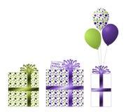 Purpurrote und grüne Geburtstags-Geschenke und Ballons Lizenzfreies Stockfoto