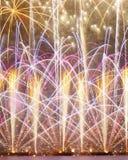 Purpurrote und orange Feuerwerke Lizenzfreie Stockfotografie
