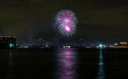 Purpurrote und weiße Feuerwerks-Explosion über Stadt-Brücke, Philadelphia stockfotos
