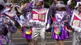 Purpurrote und weiße Tänzer am Festival stock video