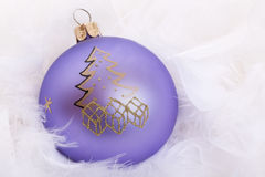 Purpurrote Weihnachtsbaumkugel Stockfotos
