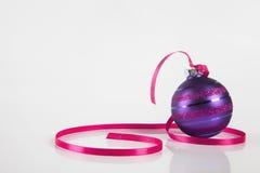 Purpurrote Weihnachtsverzierung Lizenzfreies Stockbild