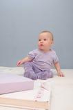 Purpurrote zuerst sitzende Babys Stockbild