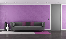 Purpurroter Aufenthaltsraum mit moderner Couch stock abbildung
