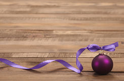 Purpurroter Ball des Weihnachtsspielzeugs mit Band Stockbilder