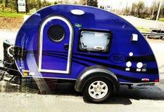Purpurroter Camper Lizenzfreies Stockbild